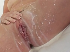 Squirting ass soaks les